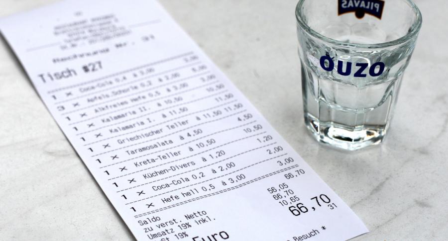 Clientes alemanes dan mas propina si les enciman un trago con la comida, dice estudio