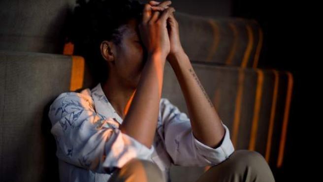 Imagen de archivo de una mujer preocupada.