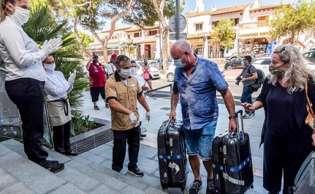Turistas alemanes llegan a un hotel de Palma. /EFE
