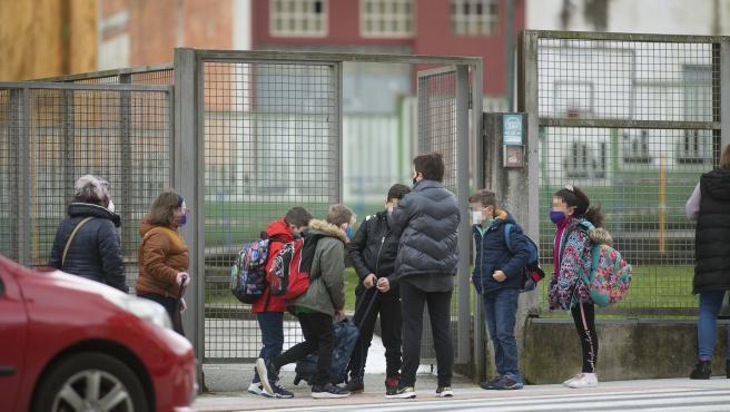 Un grupo de niños a la entrada del CEIP Paradai, en Lugo, Galicia (España).