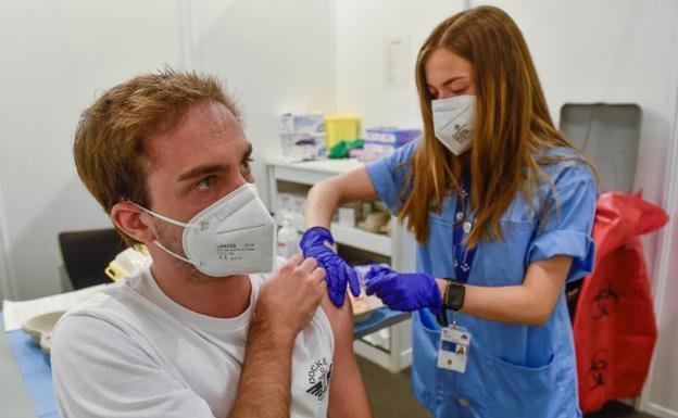 Un joven se vacuna en Bilbao. /EFE