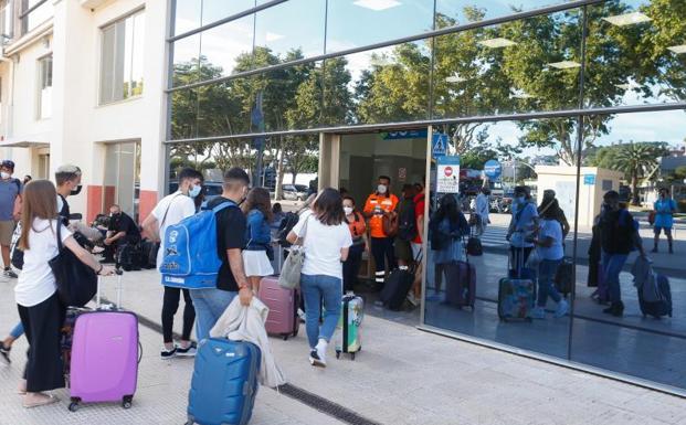 Los estudiantes confinados por el macrobrote de Mallorca abandonan la isla