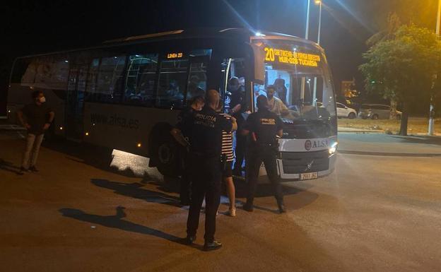Agentes de la Policia Local, junto al autobus./ LV