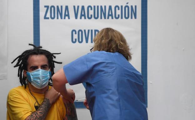 Un joves es vacunado en Aviles. /EFE
