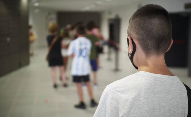 Fila de adolescentes para vacunarse en Navarra./EP