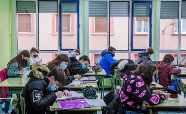 Estudiantes en un colegio de Vitoria el curso pasado./Igor Martin