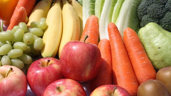 Varias frutas y verduras en una imagen de archivo.