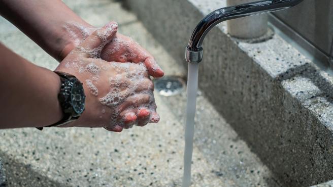Aunque fuera del hogar tomes las máximas precauciones y siempre uses los geles desinfectantes, no puedes relajarte en el lavado de manos. Siempre que salgas o entres, deberías lavarte las manos inmediatamente.