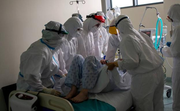 Sanitarios atienden a un paciente en una UCI en Orense./EFE