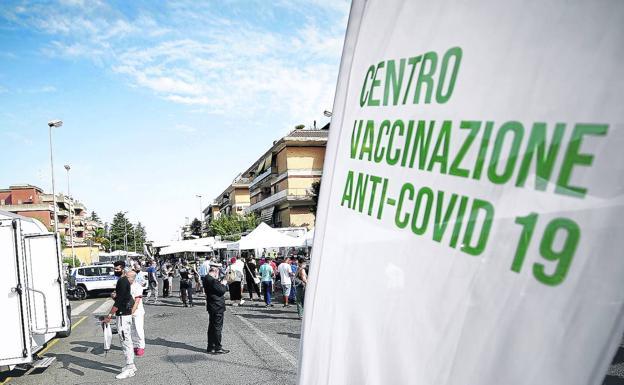 Centro de vacunacion movil en Italia./E. P.