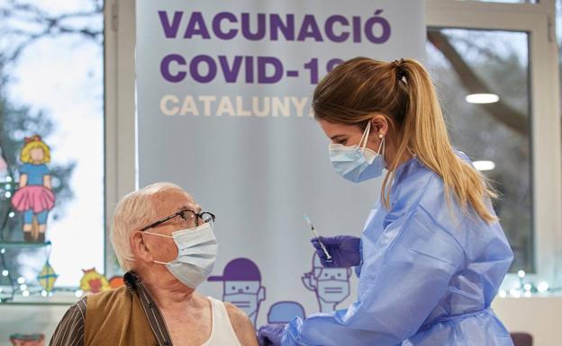 España se acerca a la tercera dosis a la espera del aval de la UE