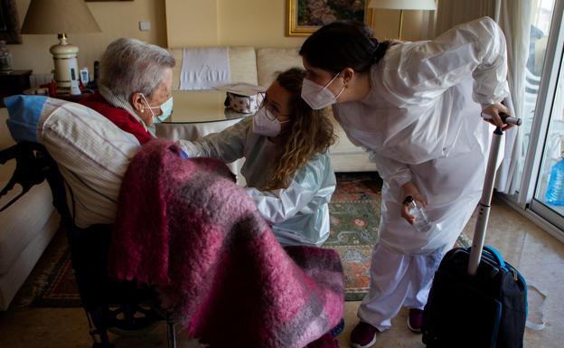 Vacunacion contra la covid a domicilio para ancianos dependientes en Palma de Mallorca. /efe
