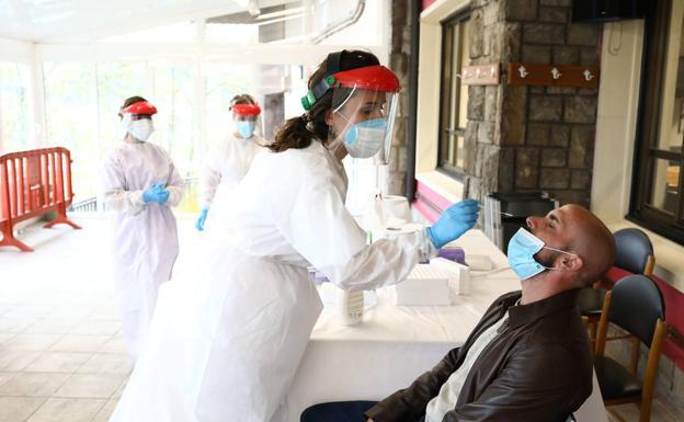 Una sanitaria realiza una prueba de antígenos. /Efe