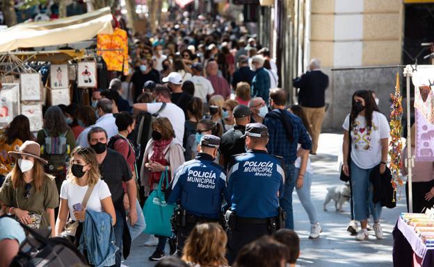 Miles de visitantes pasean por El Rastro de Madrid este domingo./EP