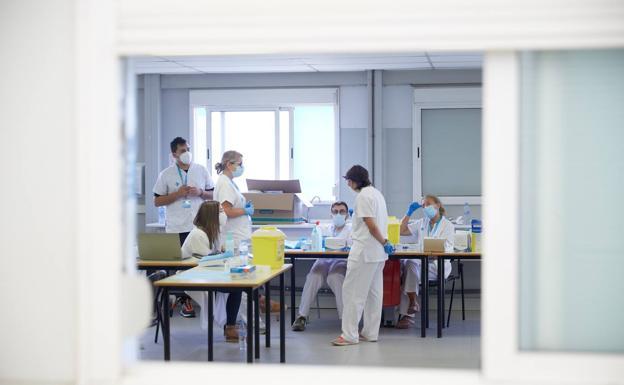 Un equipo de vacunacion en Madrid./EFE