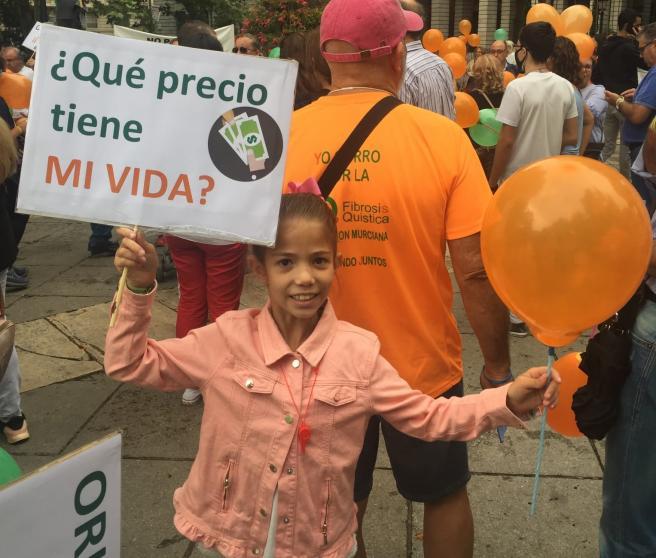 Carla, paciente de fibrosis quistica, en una manifestacion para reclamar el tratamiento Orkambi.