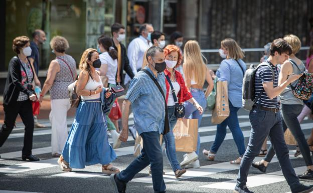 La mayoria de personas llevan la mascarilla al aire libre./M.Salguero | R.c.