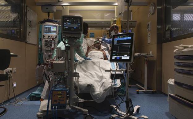 Paciente Covid en la UCI del Hospital Vall d´Hebron de Barcelona. /Enric Fontcuberta / EFE