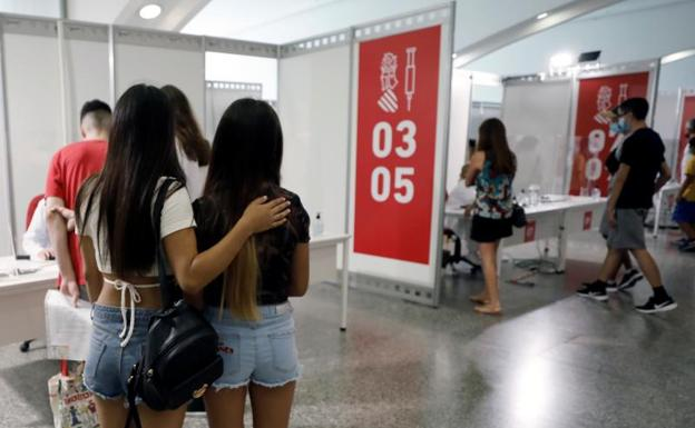Dos jovenes esperan a ser vacunadas en Valencia/ EFE