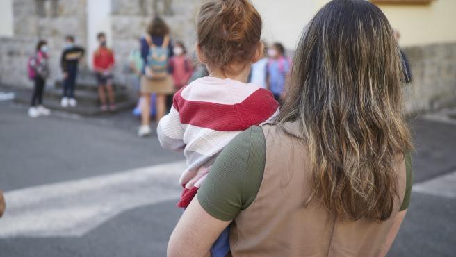 Qué podemos hacer padres y maestros por los niños que lloran desconsolados a la hora de entrar en la 'guarde' o el cole
