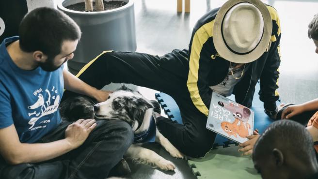 Una de las intervenciones asistidas con perros realizada en la biblioteca de Belviche.